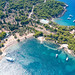 Blick von oben auf den Strand Zogeria auf Spetses, Griechenland