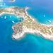 Luftbild der Insel Hinitsa in Griechenland
