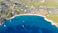 Blick auf das Myrtoische Meer am Strand Agioi Anargyri auf Spetses, Griechenland