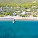 Luftbild vom Strand Agioi Anargyri auf Spetses, Griechenland