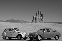 1982 Citroën 2CV & 1975 Peugeot 504 1/24 diecast made by Welly (rigavimon) Tags: bw blancoynegro miniature blackwhite citroën 124 2cv peugeot blanconegro diecast miniaturas perspective french