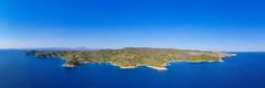 Panorama-Blick auf den westlichen Teil von der Insel Spetses in Griechenland