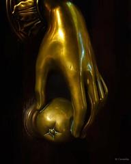 La aldaba (Carpetovetón) Tags: aldaba llamador escultura mano bronce puerta sonya6000 nikon24mm