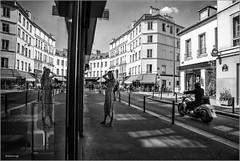 la beauté qui se refaisait une beauté (kalzennyg) Tags: paris france kalzennyg street rue september 2019 reflection reflets vitrine moto harleydavidson