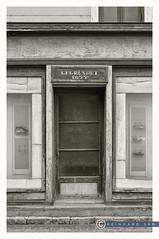 Oberösterreich Weyer_DSC0376SW (reinhard_srb) Tags: oberösterreich weyer lost place geschäft eingang schuhe auslage schaufenster vitrine stufe gehsteig 1855 vintage
