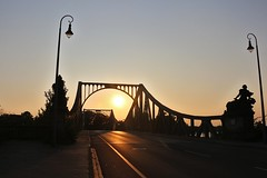 Sonnenuntergang an der Glienicker Brücke in Potsdam (shootingstarsnight) Tags: potsdam glienickerbrücke bridge city stadt sunset sonnenuntergang shadows sunbeams warm summer sommer sonne kontrast abend brandenburg germany deutschland street strase 2019 august canoneos700d canon teamcanon