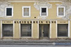 Oberösterreich Weyer_DSC0379 (reinhard_srb) Tags: oberösterreich weyer lost place geschäft eingang putzerei reinigung auslage schaufenster vitrine stufe gehsteig vintage lettern fassade aufschrift buchstaben metall
