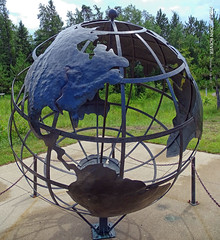 Globe at Itasca State Park, 15 July 2019 (photography.by.ROEVER) Tags: minnesota 2019 july july2019 vacation roadtrip 2019vacation 2019roadtrip minnesota2019roadtrip minnesota2019vacation clearwatercounty park statepark itascastatepark globe globesculpture mississippiheadwaters marygibbsmississippiheadwaterscenter afternoon usa