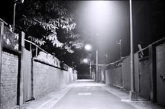 Street. (蒼白的路易斯) Tags: 蒼白的路易斯 黑白攝影 blackandwhite street kodakdoublex5222 yashicaelectro35gsn 底片攝影 底片