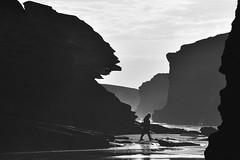 Hacia un futuro incierto (Kasabox) Tags: nature naturaleza people emocion emotion playa beach bn bw black white blanco negro silueta silhouette mar sea rocas stones reflejos cielo sky nubes clouds concept conceptual historias galicia