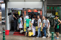 Lunchtime, Macau (Geraint Rowland Photography) Tags: food foodstore takeaway restaurant chinesefood macau macao eatinginmacau lunchtime wwwgeraintrowlandcouk candid streetphotography people line purchase asia