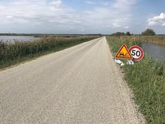 En Petite Camargue, on refait les routes comme en 1930 ! Bonjour les gravillons ! (6franc6) Tags: occitanie languedoc gard 30 petitecamargue septembre 2019 6franc6 vélo kalkoff vae
