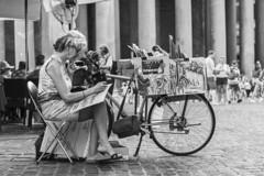 Pintura (Edu JG) Tags: pintura pintando paint painting artist artista callejera street bici bicicleta bike bicycle carton cartón paperboard lienzo byn blackandwhite black blanco blancoynegro bw baw white light picoftheday picoftheweek fotodeldia fotodeldía