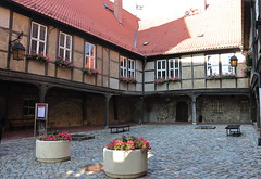 Innenhof zwischen Kirche (links) und Schloss (julia_HalleFotoFan) Tags: quedlinburg harz sachsenanhalt weltkulturerbe stiftskirche stiftskirchestservatii romanik