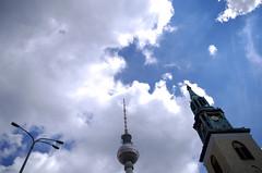 Jeu de rôles (Atreides59) Tags: berlin allemagne germany deutschland ciel sky nuages clouds bleu blue histoire history pentax k30 k 30 urban urbain pentaxart atreides atreides59 cedriclafrance
