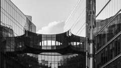 London Building (Fourmi Rose) Tags: pwc london londres batiment architecture verre immeuble bureaux passerelle building glass offices walkway noiretblanc blackandwhite angleterre