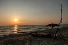 Salutando l'estate (Luna y Valencia) Tags: calambrone tramonto puestadesol sunset mare verano summer