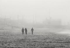 Bruma en la playa (carlos_ar2000) Tags: playa beach mar sea bruma mist fog niebla gente people silueta silhouette puntadeldiablo rocha uruguay