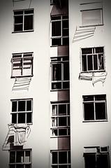 no fundo (lucia yunes) Tags: predio apartamento fundos moradia avesso rua portadosfundos janela windows building architecture arquitetura luciayunes mobilephotography street