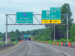 US-2 West Exit off I-35 South, 17 July 2019 (photography.by.ROEVER) Tags: minnesota 2019 july july2019 vacation roadtrip 2019vacation 2019roadtrip minnesota2019roadtrip minnesota2019vacation drive driving driver driverpic ontheroad road highway i35 interstate35 interstate freeway us2 ushighway2 highway2 uphill sign signs bgs biggreensign overheadsign ramp exit interchange split southboundi35 southbound westboundus2 westbound us2west proctor grandrapids twincities stpaul minneapolis duluth stlouiscounty exit250 morning usa