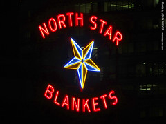 North Star Blankets, 17 July 2019 (photography.by.ROEVER) Tags: minnesota 2019 july july2019 vacation roadtrip 2019vacation 2019roadtrip minnesota2019roadtrip minnesota2019vacation hennepincounty minneapolis downtown downtownminneapolis twincities night nightphoto nightphotograph nightphotography sign neon neonsign northstarblankets northstarblanketssign northstarblanketsneonsign minneapolisatnight evening usa