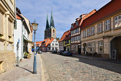Abseits... (r.wacknitz) Tags: quedlinburg sachsenanhalt harz harzmountains village weltkulturerbe historic oldtown colorefexpro4 nikond5600 sigma1020 cityscape sidewalk traditional urban buildingexterior