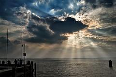 vediamoci al molo (pamo67) Tags: pamo67 letsseeyouatthedock controluce backlight pier molo attracco nuvole clouds raggi rays nuvoloso lago lake figure gente people silhouette pasqualemozzillo