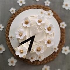 🕖CARROT CAKE TIME🕖 . Deliziosa CARROT CAKE  nella versione elegante! ❤️ . Una deliziosa, 😋 morbida ed umida 😍😍😍 CARROT CAKE finita con un gustoso e super cremoso FROSTING CREAM CHEESE al cioccolato (paolaazzolina) Tags: cakelove caketutorial cakery cakedecorator carrotcake recipe almond cream almonds creamcheese paolaazzolina cake ricette whitechocolate ricetta carrot
