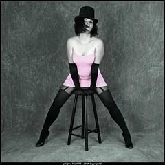 robe rose et chapeau (villatte.philippe) Tags: laura robe rose bas jaretelles noir chapeau sexy glamour gand tabouret studio fals boite à lumière talon pink dress hat boots gloves