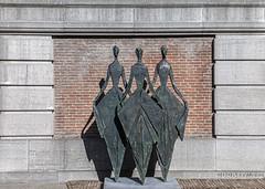 Drie Dames (Pieter Musterd) Tags: beeld raadvanstate noordeinde beeldentuin gotischezaal postzegelboom monumentkoninginwilhelmina pietermusterd musterd canon pmusterdziggonl nederland holland nl canon5dmarkii canon5d denhaag 'sgravenhage thehague lahaye