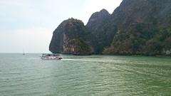 A boat on beautiful waters (Sylar8travel) Tags: travel travelphotography thailand islands island paradise beatifulplaces beatiful sea andamansea boat water rock rocks mountain mountains