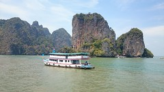 A boat against the backdrop of beautiful mountains (Sylar8travel) Tags: travel travelphotography thailand islands island paradise beatifulplaces beatiful sea andamansea boat rocks rock mountain mountains