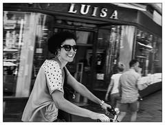 Luisa ou la joie de vivre. (francis_bellin) Tags: cité blackandwhite streetphoto street bwphoto netb photoderue lunettesnoire vélo belle photographe streetphotographie bw blackandwhitephoto monochrome nb espagne ville sourire andalousie 2019 séville noiretblanc