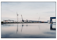 (schlomo jawotnik) Tags: 2019 juli emden ostfriesland hafen becken windkraftanlagee112 kran brücke förderband haufen silos halle analog film kodak kodakproimage100 usw