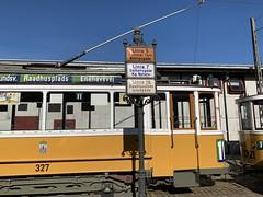 🇩🇰Scandia-Wagen 327 der Københavns Sporveje abfahrtsbereit vor historischen Haltstellenschildern Richtung Eilers Eg (msslovi0) Tags: strasenbahn tram tramway sporvej museum sporvejsmuseet skjoldenæsholm scandia københavnssporveje