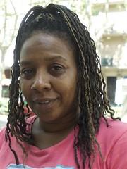 Mary, infermera, de Jamaica, amb simpatia i un somriure, va posar a la Gran Via de les Corts Catalanes, Barcelona. (heraldeixample) Tags: heraldeixample bcn barcelona spain espanya españa spanien catalunya catalonia cataluña catalogne catalogna noia girl chica fille menina mädchen merch cailín ragazza pige девушка fată 女の子 jente 女孩 κορίτσι dona woman mujer frau femme fenyw bean donna mulher femeie 女人 kadın женщина หญิง boireannach kobieta 铁 somrís smile sonrisa sourire somriure lächein grin jamaica ngc