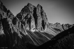 Jagged Peaks / Schroffe Berge (Steffen Schobel) Tags: ilmspitze stubaital berge mountains bw sw natur nature tirol landschaft landscape schwarzweis blackwhite tyrol peaks berggipfel schatten shadows verwitterung weathering schutt rubble