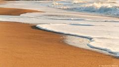 E tudo segue (Vanderli S. Ribeiro) Tags: praia mar ondas areia aoarlivre natureza nature pegadas tempo poema arte art fotoarte photographyart vida life poesia poetry vanderlisr vanderlisribeiro nikon