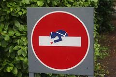 Clet_3647 Pont Croix (meuh1246) Tags: streetart bretagne finistère 29 cletabraham clet panneau pontcroix policier