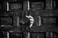 Le prisonnier oublié... /  The forgotten prisoner... (vedebe) Tags: main mains portes grilles ville city rue urbain urban homme humain people street noiretblanc netb nb bw monochrome