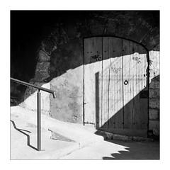 The Mystic Door (Thomas Listl) Tags: thomaslistl blackandwhite biancoenegro noiretblanc monochrome tlr 6x6 120 mediumformat mediumformatfilm yashica yashicamat124g filmphotography film ilford hp5 ilfordhp5 door light lightandshadow mood nomansland af av square analog