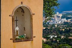 Croix en montant à la chapelle COnstance (La Pom ) Tags: mimosas cote azur mer méditerannee var bormes les