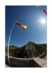 Les drapeaux sur la Citadelle (Armin Fuchs) Tags: arminfuchs nomansland citadelle flags blue sky mountains sun light fisheye anonymousvisitor thomaslistl wolfiwolf jazzinbaggies