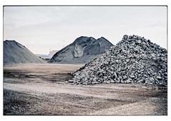 (schlomo jawotnik) Tags: 2019 juli emden ostfriesland haufen sand kies steine geröll bauen buddeln graben spuren schüttkegel analog film kodak kodakproimage100 usw