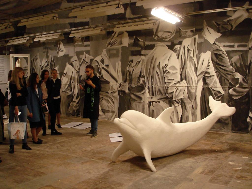 фото: Скульптура дельфина