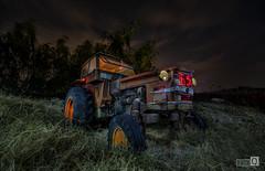 Clasicos de la Noche (El tractor) (JoseQ.) Tags: tractor maquina noche night colores nocturna luces compañia estrellas sony largaexposicion linternas cacharro chatarras oxido viejo antiguo