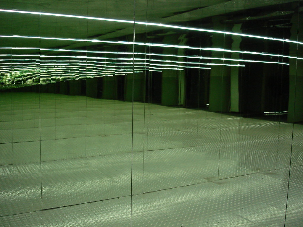 фото: Коридор с зеркалами