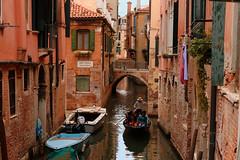 Venezia / Rio Tera Secondo (Pantchoa) Tags: venise italie vénétie rio pont rioterasecondo gondole barques bateaux maisons architecture pontedelforner eau navigation transport moyendetransport