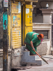 LR Madhya Pradesh 2018-3041935 (hunbille) Tags: birgittemadhyapradesh20184lr india madhya pradesh madhyapradesh burhanpur working broom bending