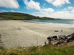 Few people on the beach at Maghery, Donegal (Fromthepolder) Tags: donegal irish panoramic beach blue children cloud coast coastal coastline few field green hills ireland kids maghery meadow people persoon playing rock rocks ruimte sand sea seaside sky summer view